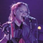 Über den Haufen geworfen: Die irische Musikerin Wallis Bird im momag-Interview.