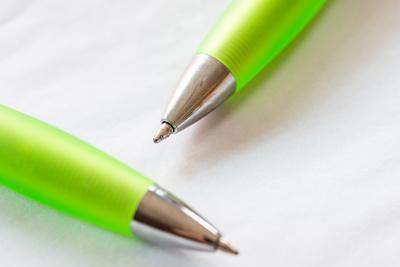 zwei-kugelschreiber-auf-weissem-papier