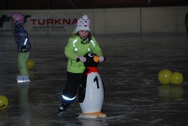 Eislaufen_Kind mit Pinguin