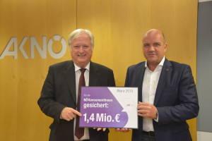 Helmut Guth und AKNÖ-Präsident Markus Wieser präsentieren die Erfolge im Konsumentenschutz Foto: AKNÖ