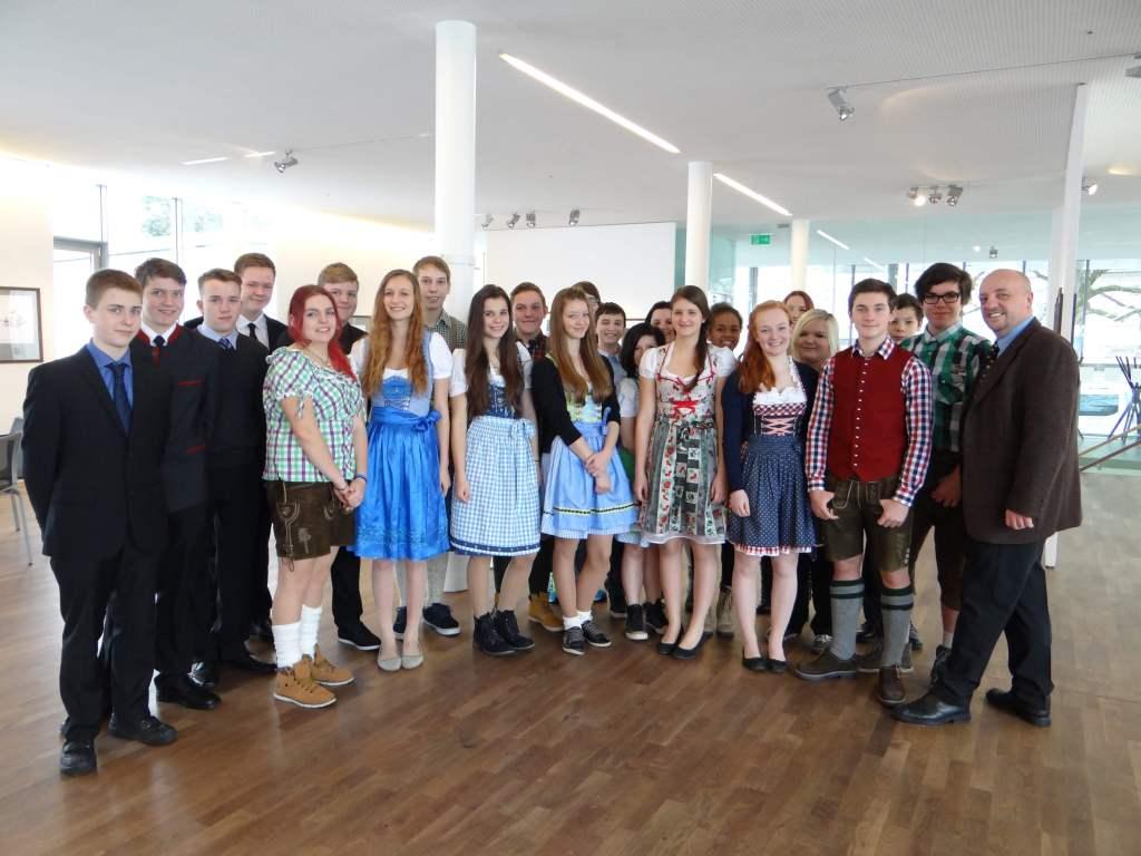 Martin Eibenberger mit den angehenden Genußexperten der 2.  Klassen der Tourismusschulen Weyer Foto: privat