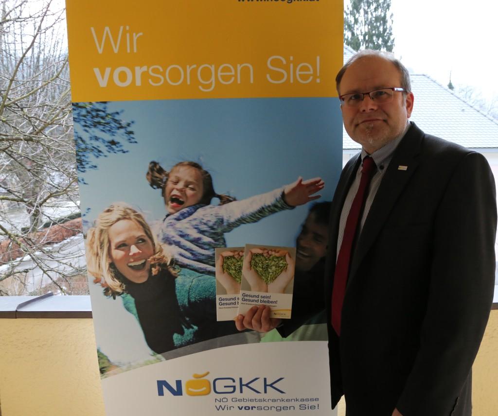 Martin Gassner, Leiter des Service-Center Scheibbs mit Informationsbroschüre - erhältlich in der GKK Scheibbs
