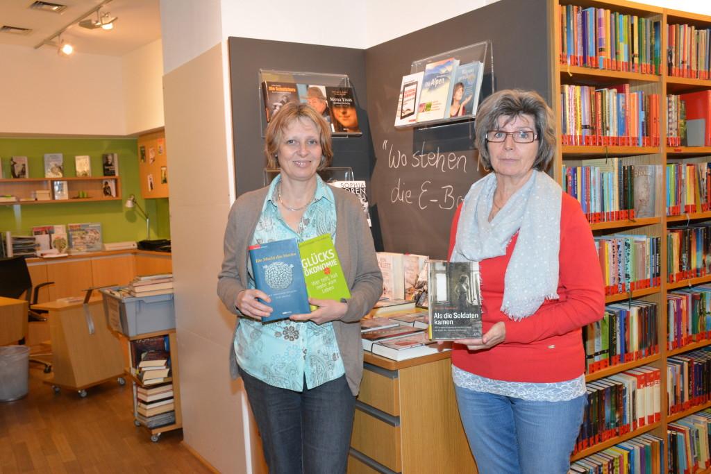 Eva Zankl und Waltraud Glanzer wollen verstärkt qualitative Sachbücher in die breite Auswahl der Bücherei Waidhofen hineinnehmen