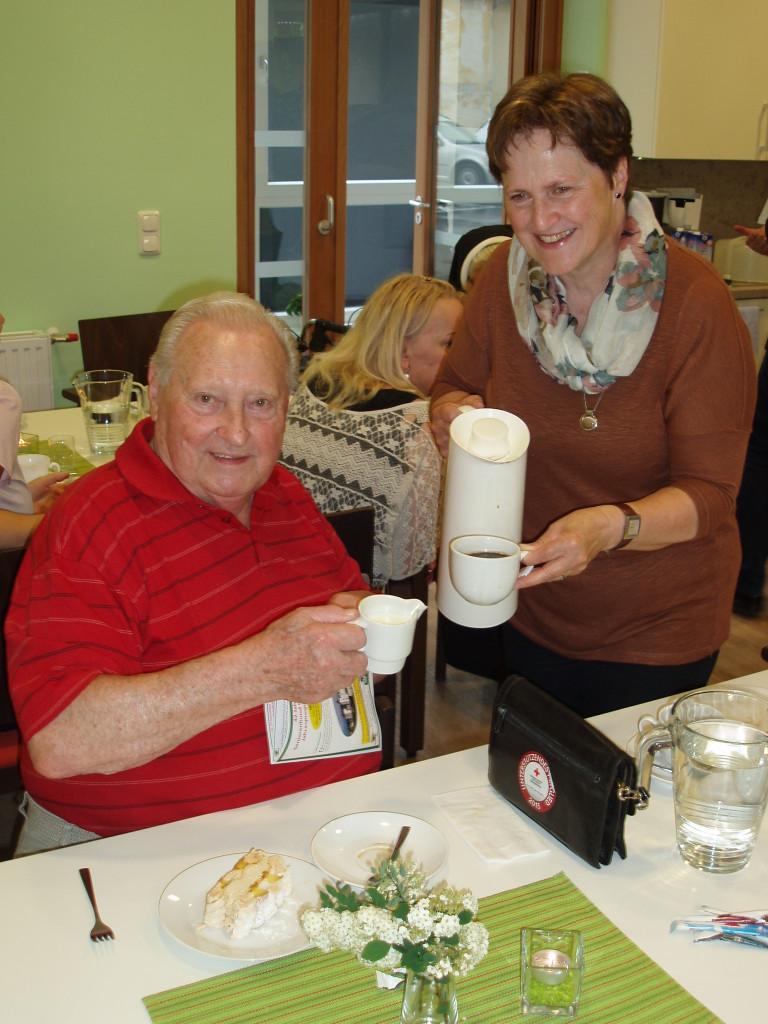 """""""Die gute Seele im Haus"""", Frau Veronika Scheiblauer, verwöhnt Herrn Johann Prieslinger mit einer Tasse Kaffee Foto: Privat"""