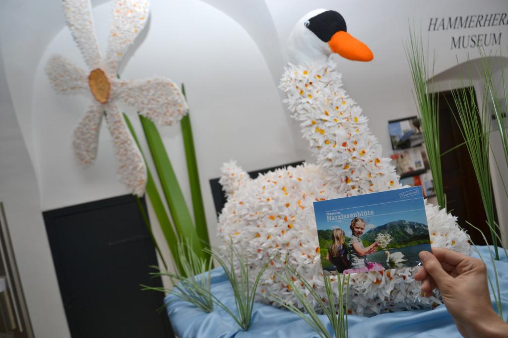 Figuren aus Krepp-Papiernarzissen werden beim Auftaktfest auf der Lunzer Seebühne am 14. Mai, präsentiert. Foto: www.weisenstrasse.info