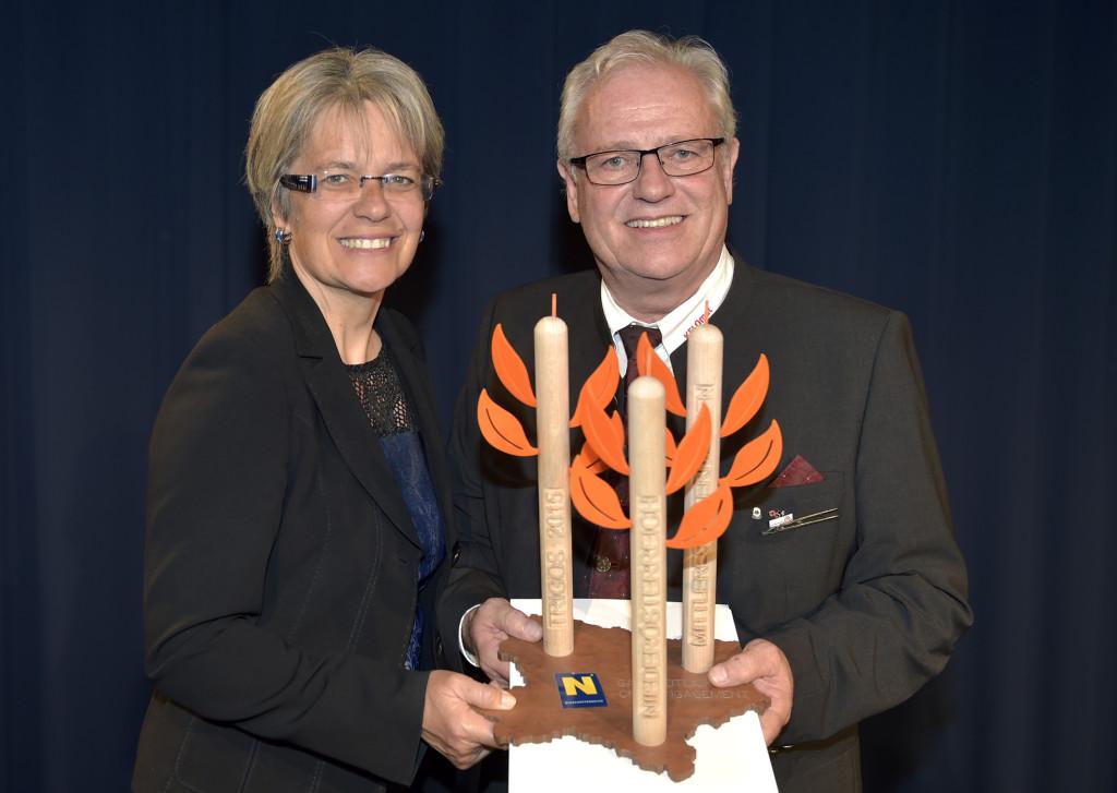 Verleihung des Awards mit Wirtschaftslandesrätin Dr. Petra Bohuslav und Ing. Friedrich Riess Foto: NLK Reinberger