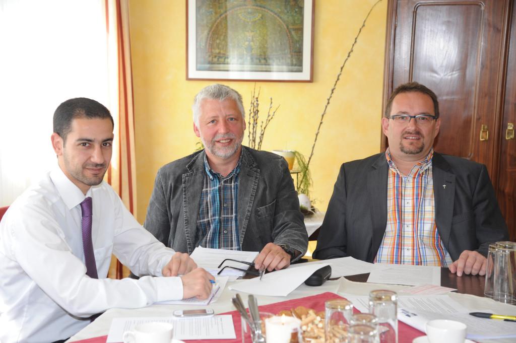Osama Abo Rshdan, Pfarrcaritas-Leiter Christian Köstler, Pfarrer Peter Bösendorfer Foto: Wolfgang Zarl