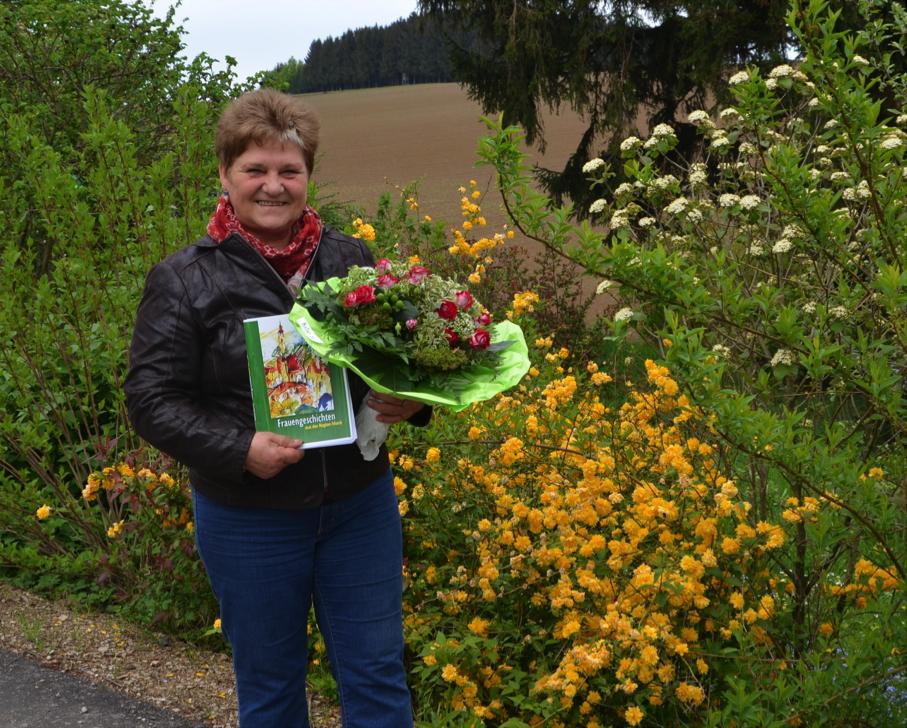 Helene Bubbnik mit einem der 300 druchfrischen Exemplare Foto: Bernhard Schaller