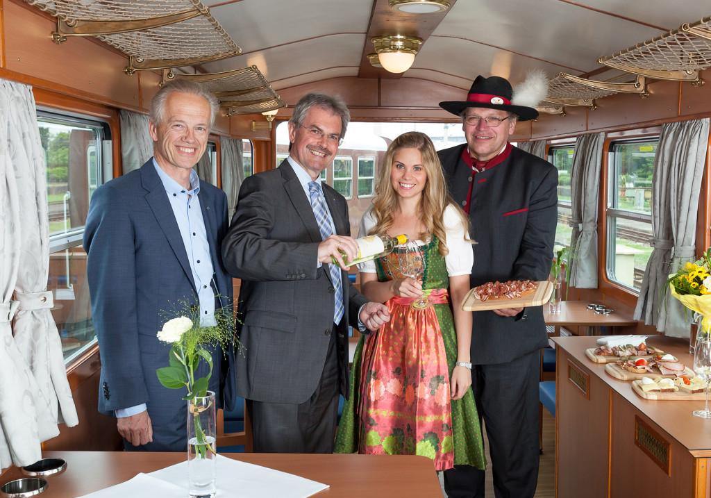 NÖVOG Geschäftsführer Gerhard Stindl, Verkehrslandesrat Karl Wilfing und Corinna verkosten die Schmankerl von Josef Moderbacher (Catering Ötscherbär), Foto: