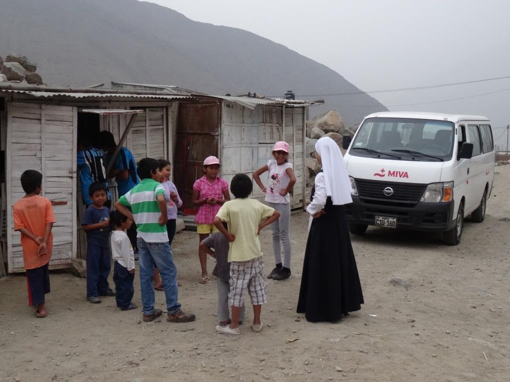 Schwester in Lima mit Kindern  Foto: MIVA