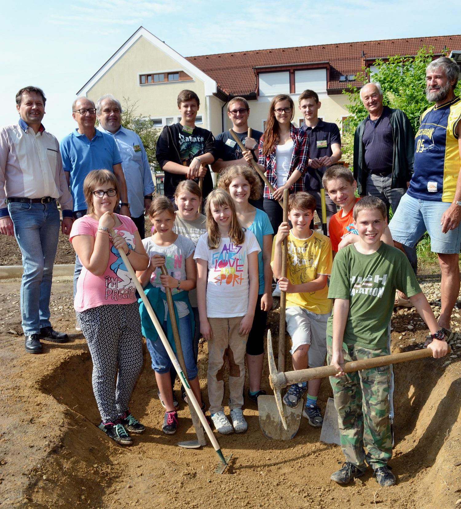 HLUW Schülerinnen und Schüler managen die gemeinsamen Arbeitstage mit der Neuen Mittelschule Yspertal. Der Schulgarten wird in Zukunft von beiden Schulen genutzt und derzeit komplett  umgestaltet.  Foto: HLUW Yspertal