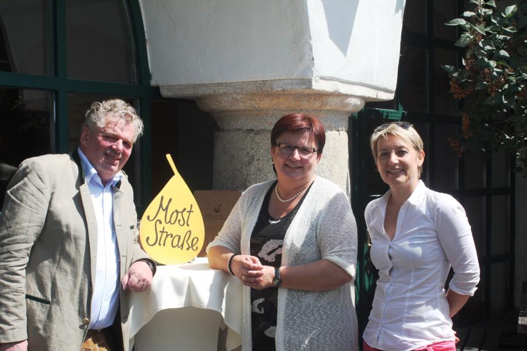 Bernhard Toferer, Michaela Hinterholzer und Gudrun Vösenhuber waren allesamt hocherfreut über die Verleihung der Umweltauszeichning
