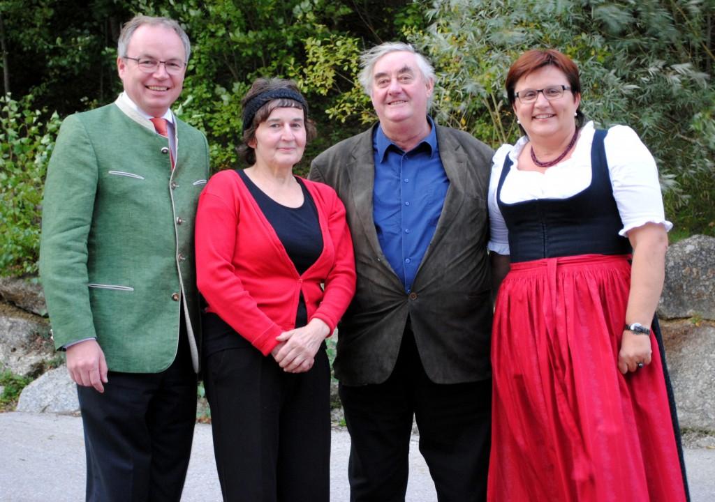 Stephan Pernkopf und Michaela Hinterholzer gratulieren Familie  Hochwallner zu dem Erwerb des 1.000 Baums. Foto: zVg