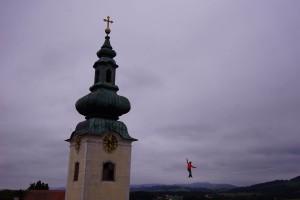 Slackliner Christian Waldner überquerte 30 Meter über dem Boden den Stiftshof.  Foto: Michael Glösmann