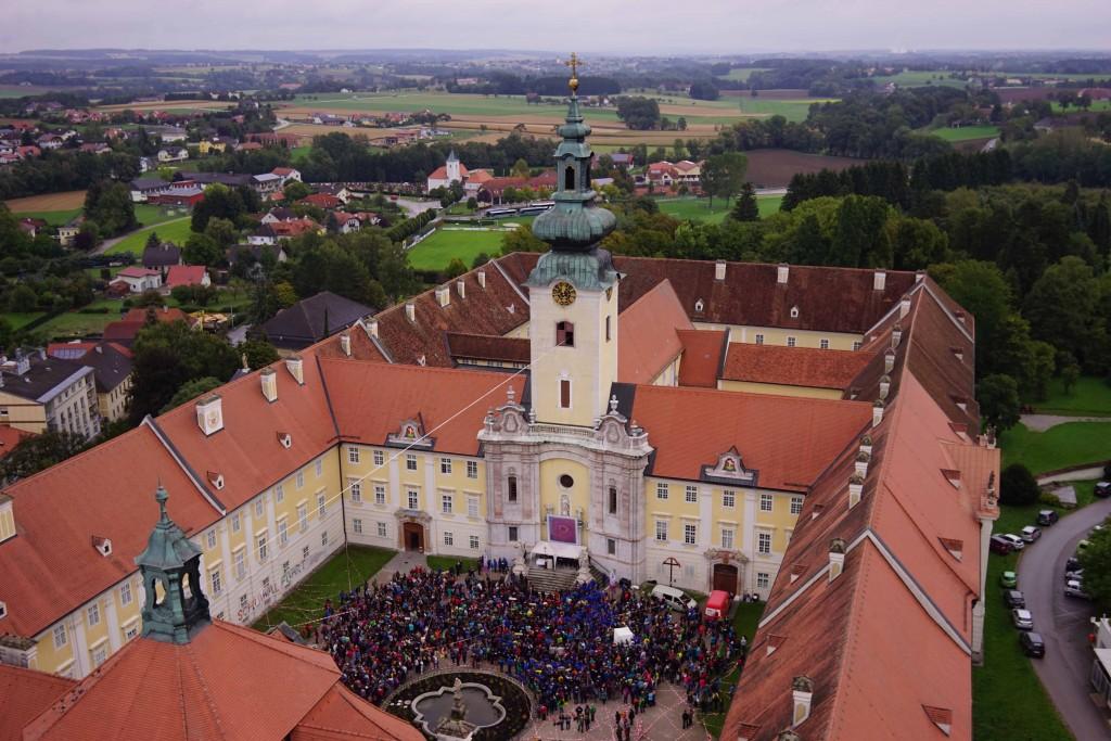 Im Stiftshof fanden sich rund 2000 Schülerinnen und Schüler zum Abschluss der Wallfahrt ein.  Foto: Michael Glösmann