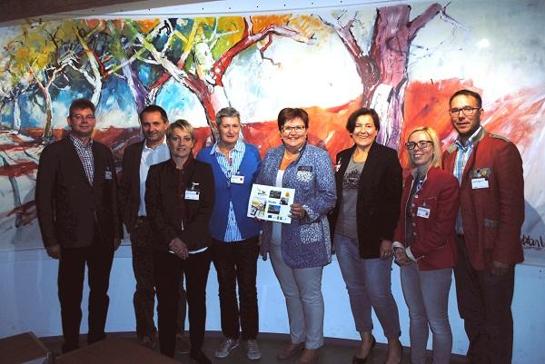 : Moststraße-Obfrau LAbg. Bgm. Michaela Hinterholzer mit den Teilnehmern der Tagung.  Foto: Privat