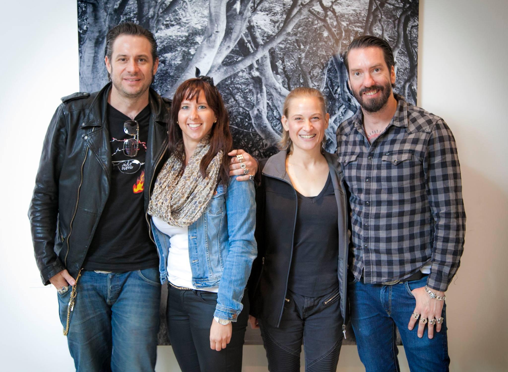 Entspanntes Erinnerungsfoto mit Startreff-Gewinnerin Katrin Wittmann und The BossHoss