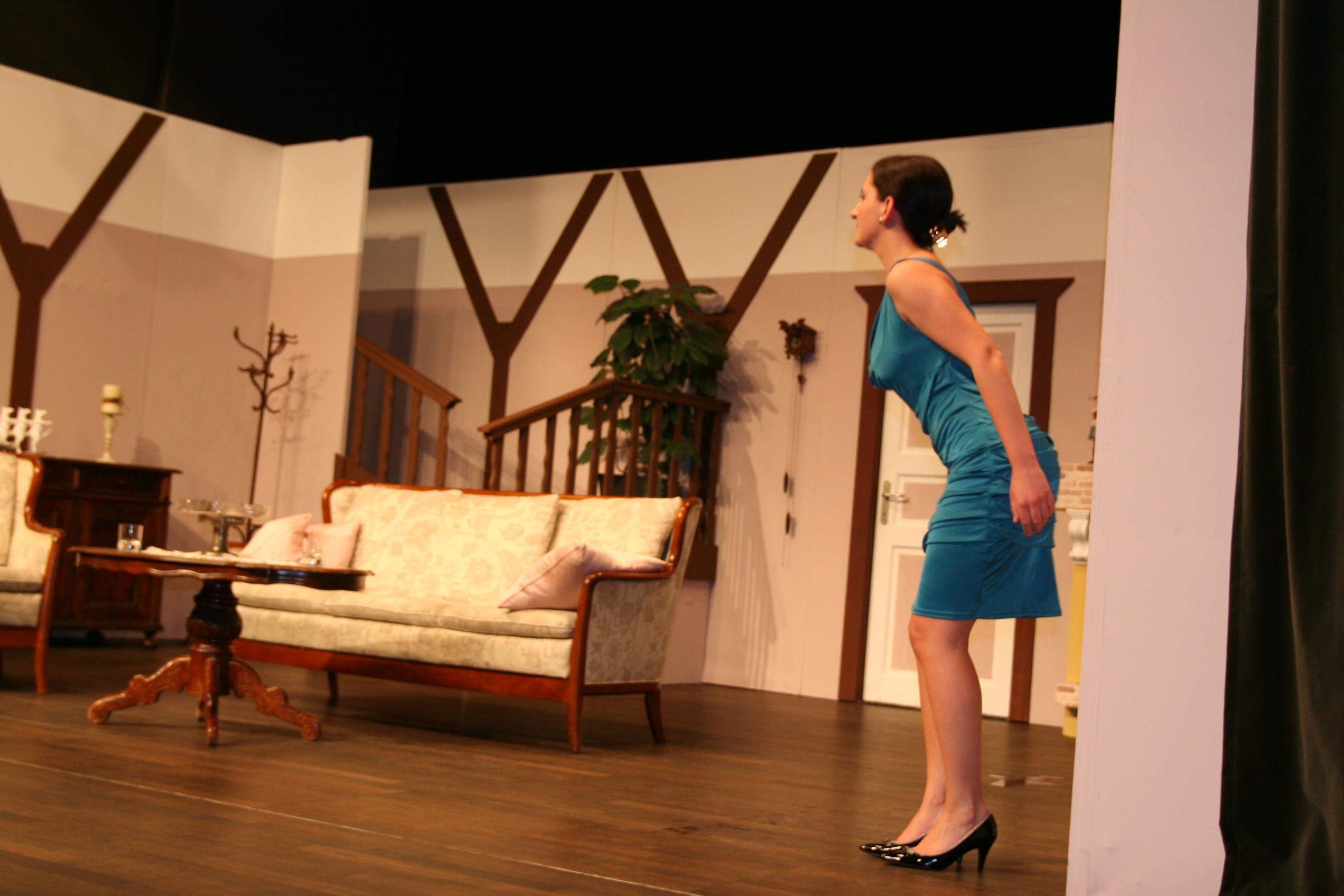 Alexandra Wagner als Jaqueline strahlt in blau