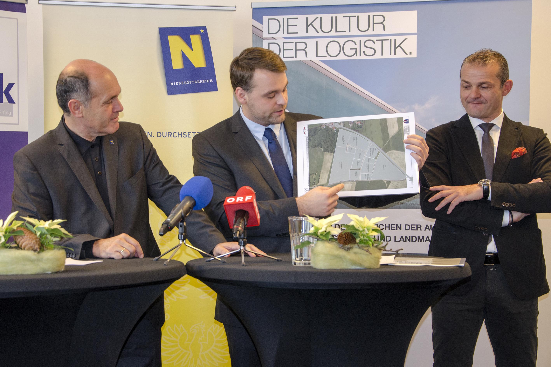 Bgm. Lukas Michlmayr präsentiert den neuen Plan für den Gewerbepark