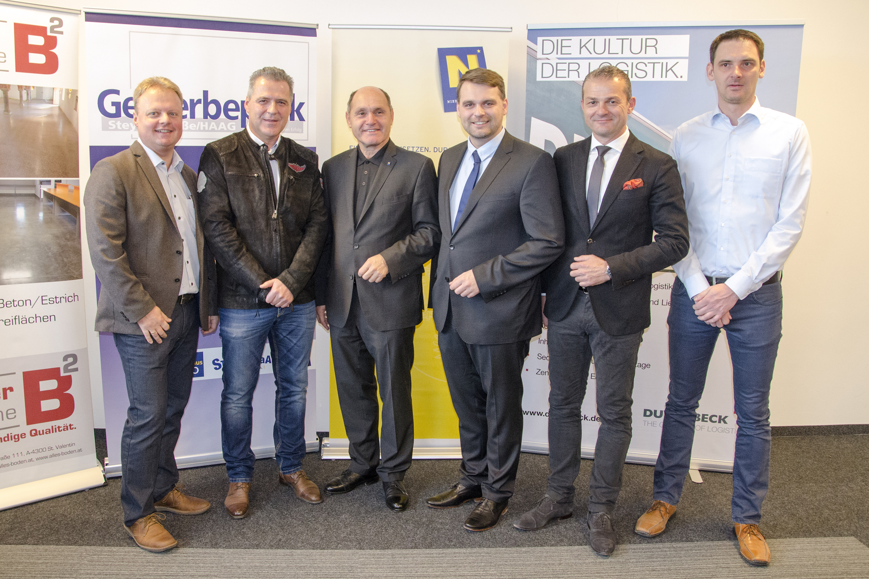 Bgm. Lukas Michlmayr, LH-Stv. Wolfgang Sobotka gemeinsam mit den Inhabern und Geschäftsführern der neuen Unternehmen