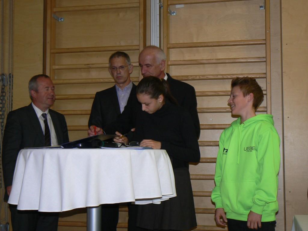 Rodolf Käfer(Fa. Senker), Harald Schmutzer (Klassenvorstand 1. HAS), Dir. Franz Hofleitner, Leyla Gündogdu, (1AS), Peter Feichtmeyr, (1TZW)  Foto: zvG