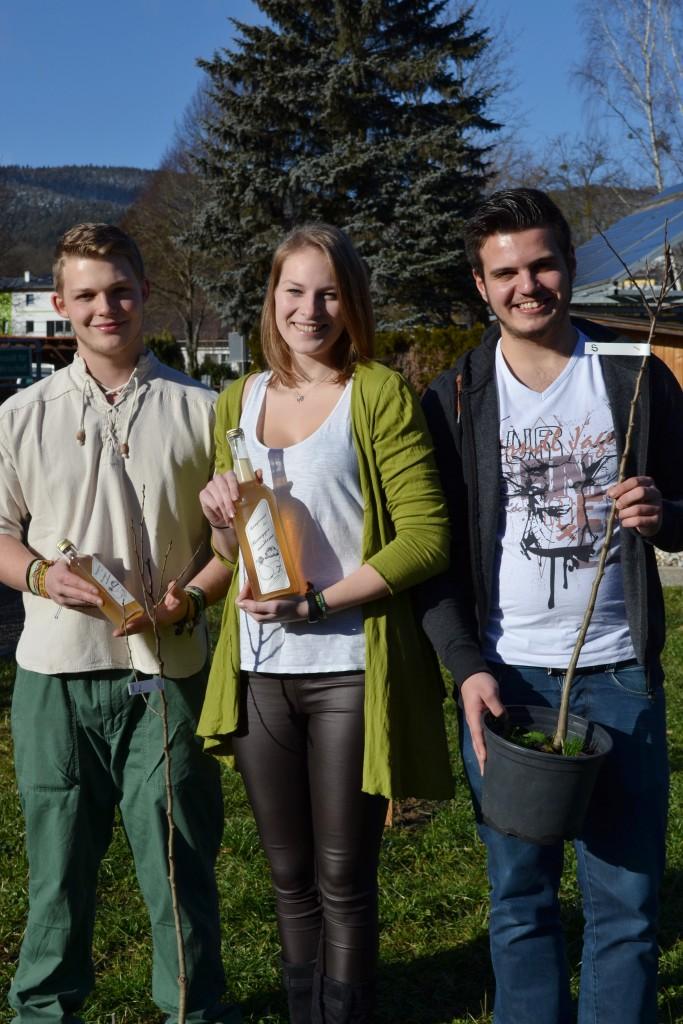 Die Diplomanden Sascha Gratzl, Elisabeth Weber und Sebastian Sedlatschek von der HLUW Yspertal wollen der seltenen Rohregger Mostbirne wieder eine Chance geben. Foto: HLUW Yspertal