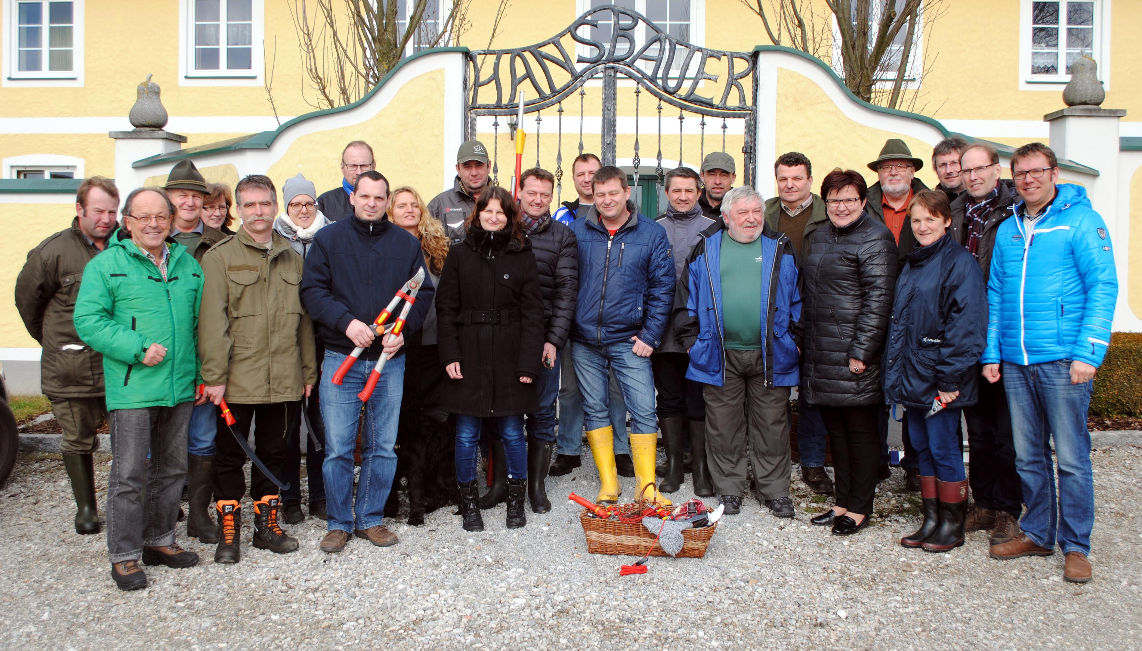 Teilnehmer des 1. Schnittkurses mit Hans Redl (Moststraße, 2.vl.), Gerlinde Handlechner (9.v.l.), Hans Hiebl (11.v.r.), LAbg. Bgm. Michaela Hinterholzer (Moststraße, 6.v.r.), Franz Lumesberger (Agrarbezirksbehörde, Land NÖ, 2.v.r.), Christian Haberhauer (Moststraße, 1.v.r.) Foto: Moststraße