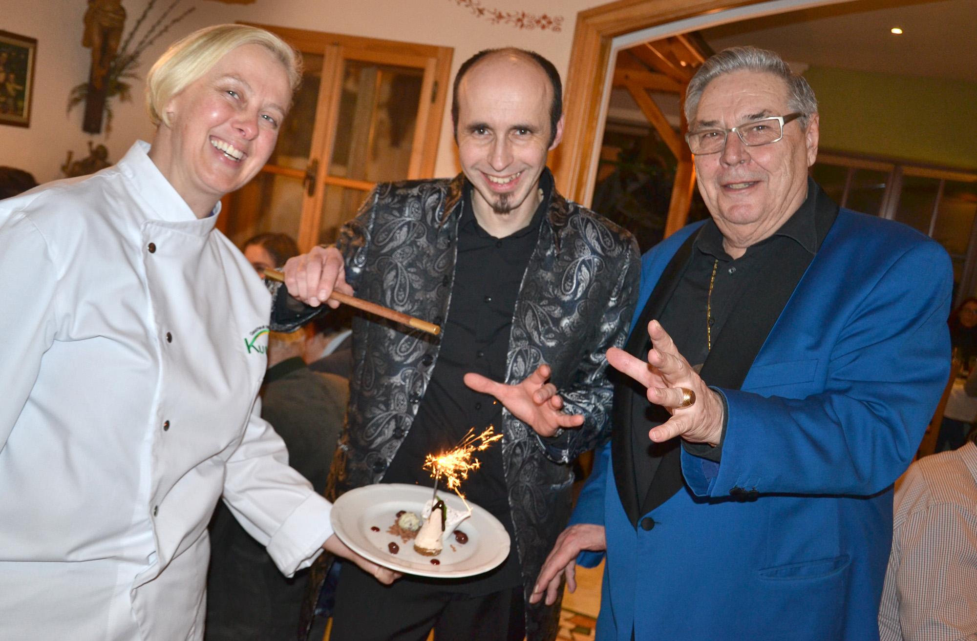 """Versprühten """"Winterzauber"""" beim Kulinarium im Gasthaus Kummer: Eisenstraße-Wirtin Renate Kummer mit den Magiern Magic Pedro und Mr. Frank Foto: eisenstrasse.info"""