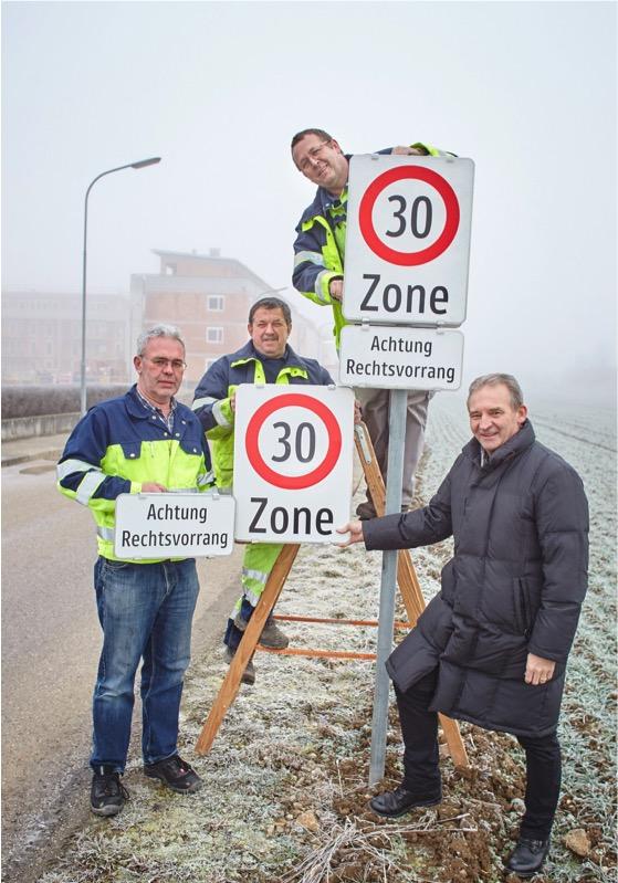 Bei der neuen 30er-Zone in der Karl Schmid-Straße: Wirtschaftshof-Leiter Martin Ilck, Manfred Lagler, Hubert Stieger und Vizebürgermeister Wolfgang Kaufmann. Foto: Stadt Melk/Gleiß