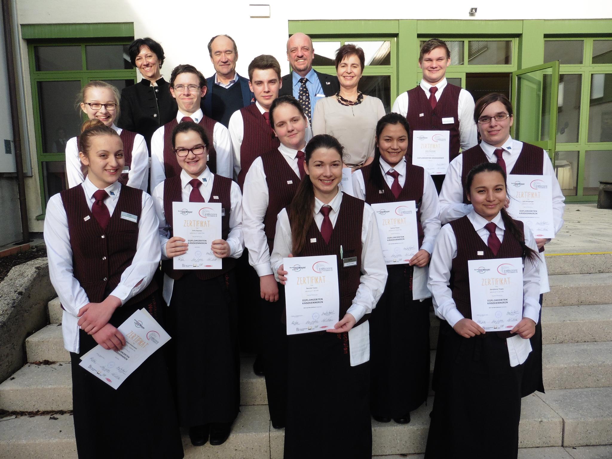 Die erfolgreichen neuen Käsekenner aus der Weyrer Hotelfachschule mit Prüfungskommission Foto: BBS Weyer
