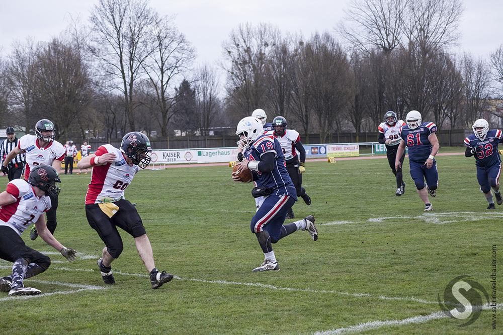 Quarterback Lukas Kerschbaummayr #19 nutzt jedes Loch