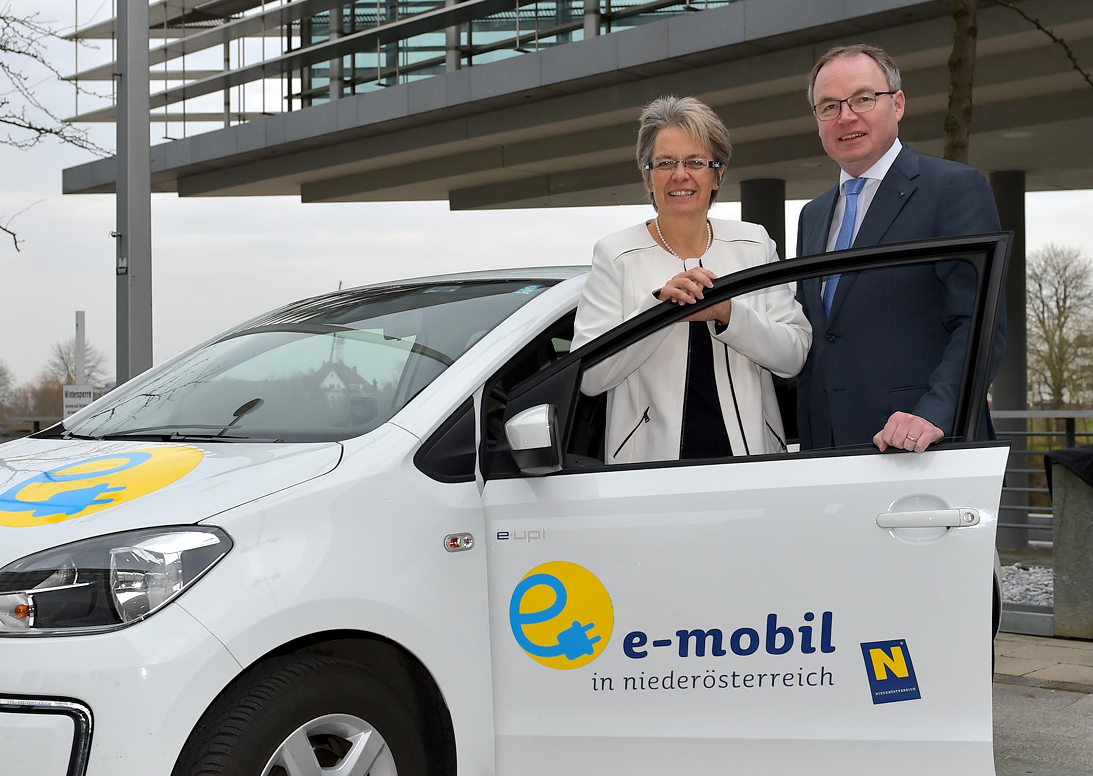 Wirtschafts-Landesrätin Petra Bohuslav und Energie-Landesrat Stephan Pernkopf setzen auf e-Mobilität Bildnachweis: NLK Burchhart