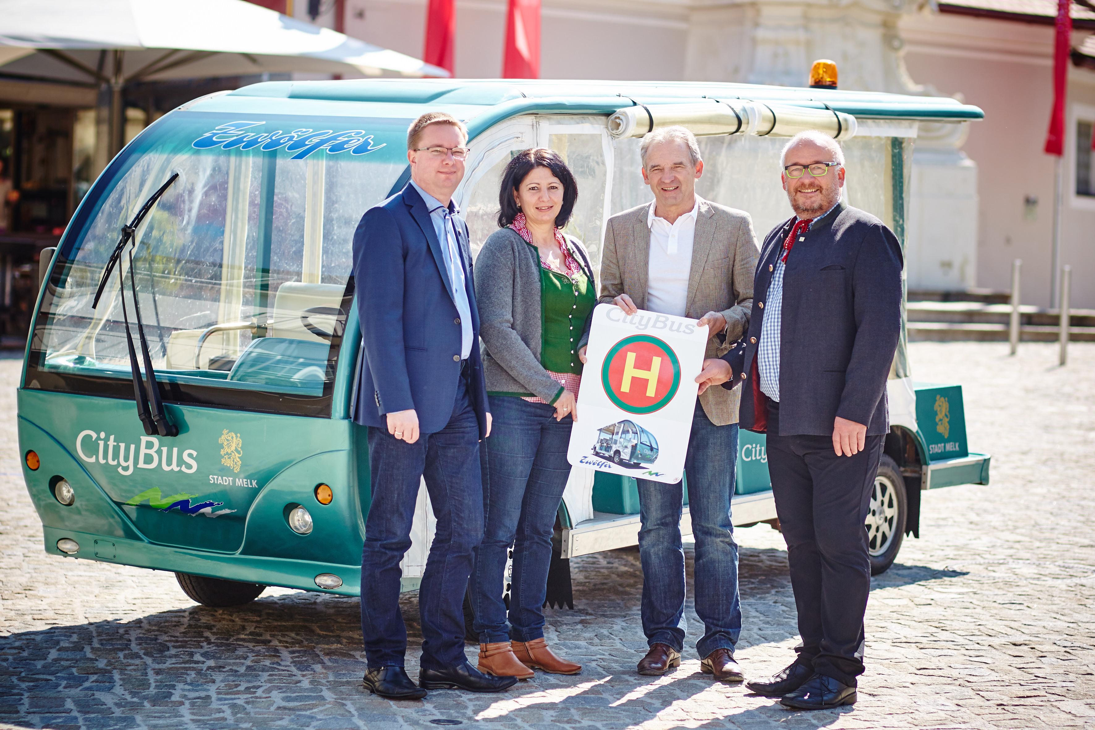 Vor dem neuen Citybus in Melk: Die Betreiber Michael und Petra Ringsmuth mit Vizebürgermeister Wolfgang Kaufmann und Gemeinderat Gerhard Schuberth. Foto: Stadt Melk/Gleiß