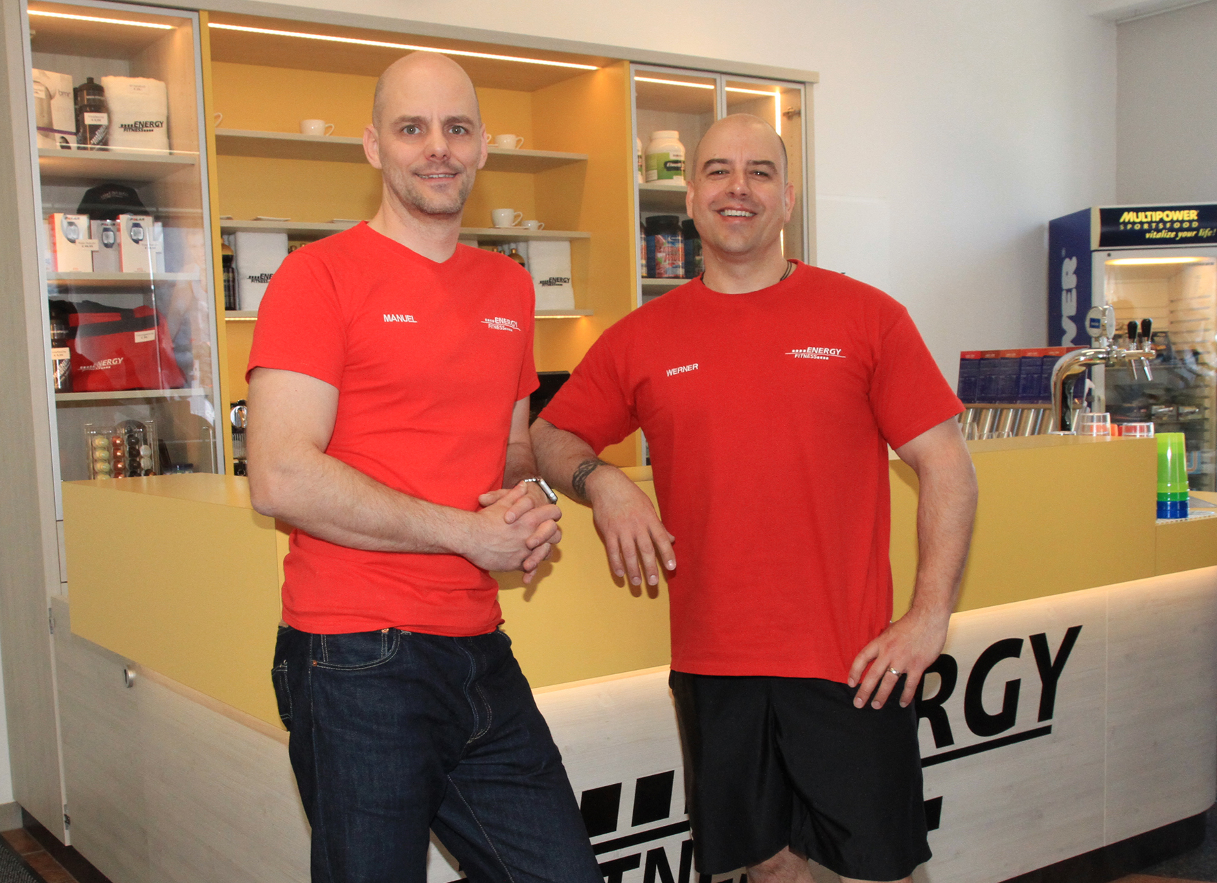 Die beiden Engery-Fitness-Geschäftsführer Manuel Sefler und Werner Kößler freuen sich über das neue gestaltete Energy-Fitness-Studio in der Langenharter Straße. Fotos: stubauer.com