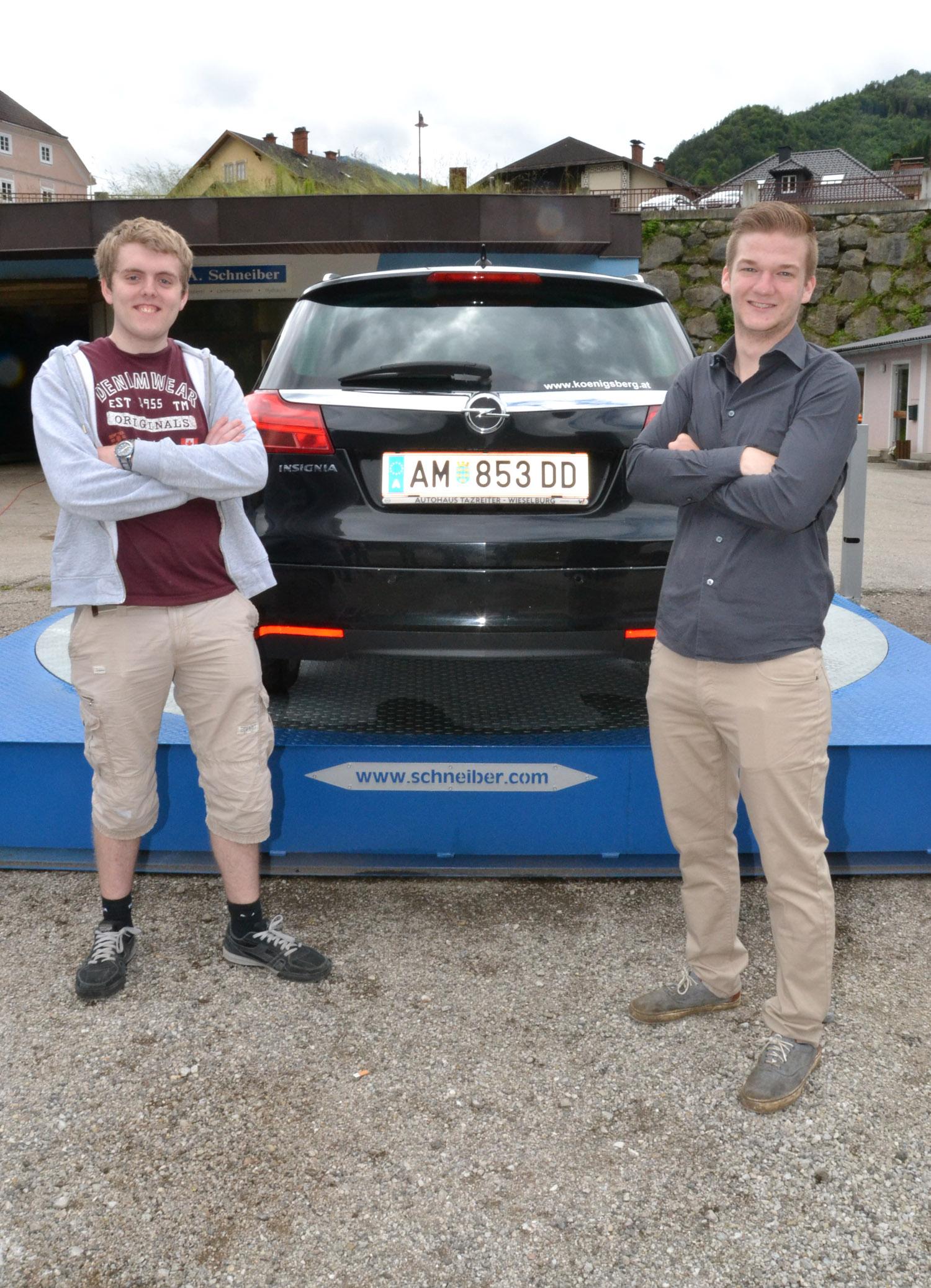 """Sie haben den Dreh beim Parken heraußen: Die HTL-Absolventen Andreas Riedler und Florian Rettensteiner sind stolz auf ihr Maturaprojekt """"CarKarussell"""". Foto: eisenstrasse.info"""