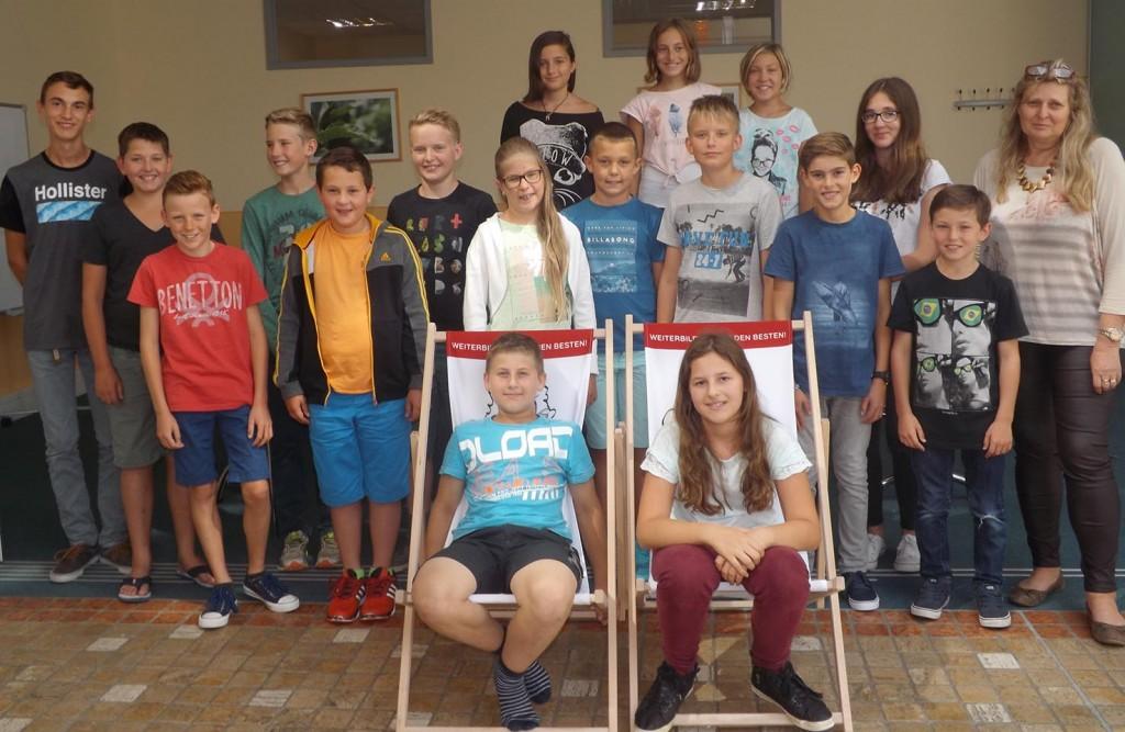 Die 20 Teilnehmer des Englischkurses für Kinder in den Sommerferien mit der Kursleiterin Christa Kamleitner Foto: BFI NÖ