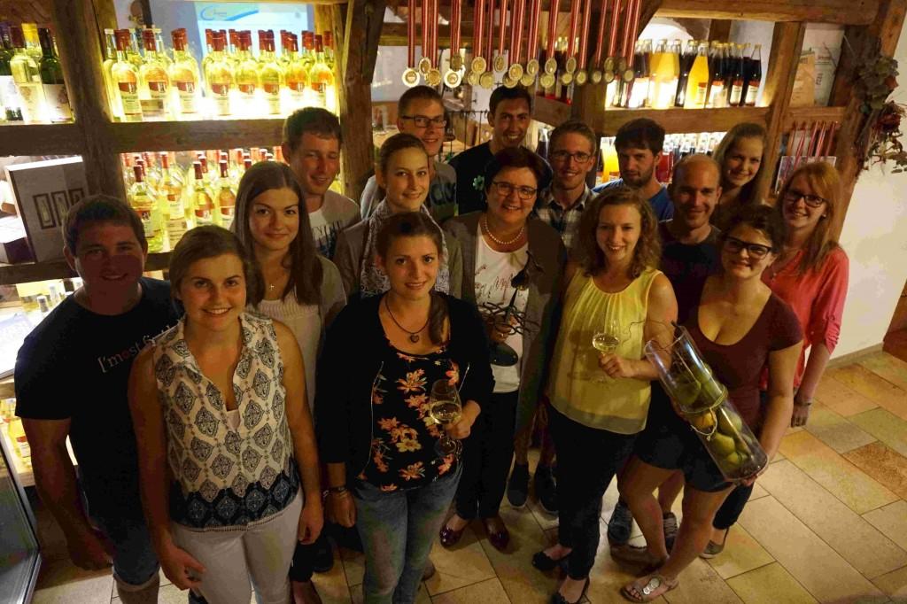 """Michaela Hinterholzer mit den Teilnehmern der """"Mission Most"""" Foto: moststrasse.at"""