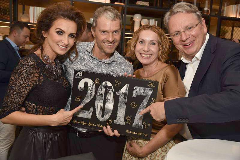 """Nelly und Manfred Baumann mit Edith und Manfred Henzl bei der Präsentation des Kalender 2017 - """"The Erotic Zodiak"""". Foto: Armin Fauland"""