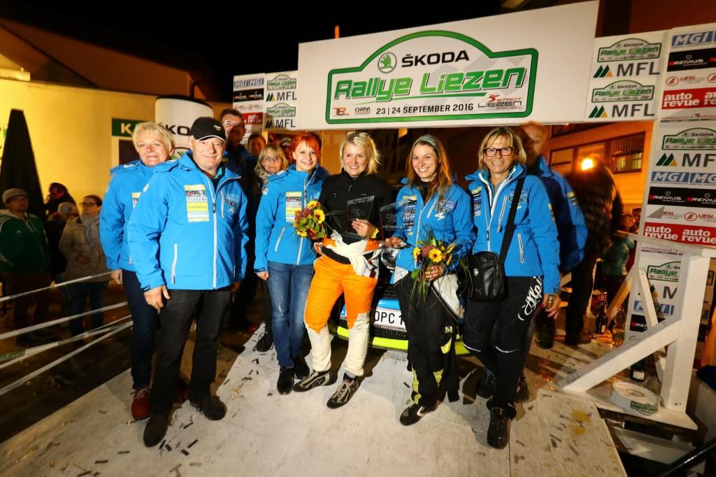 Vicky Hojas (2.v.l) feiert mit ihren Co-Pilotinnen Dani Reiterer und Lisa Brunthaler,  ihren Eltern Adi und Ilse Hojas und ihrem Team den Cup-Sieg Foto: Privat