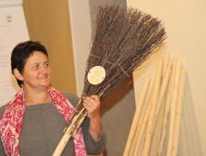 Originelles Geschenk: TEH-Vereinsobfrau Theresia Harrer aus Salzburg gratulierte den Absolventinnen mit einem Reisigbesen Foto: eisenstrasse.info