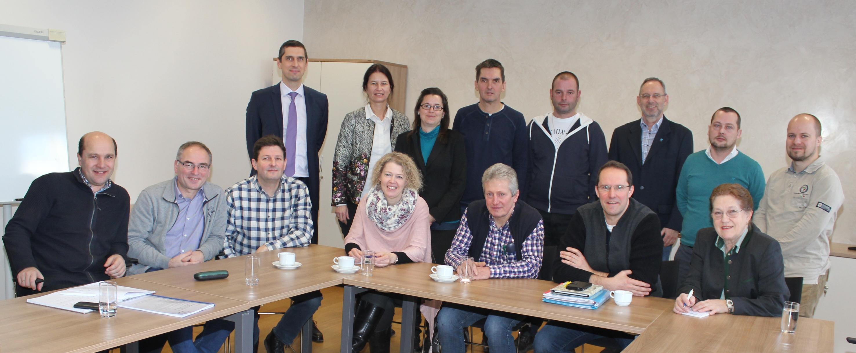 vorne: Bgm. Johannes Pressl, Josef Ströbitzer (Neuhofen/Ybbs), Josef Zehetgruber (Neuhofen/Ybbs), Vizebgm. Sabine Dorner und Josef Kerschbaumer (Winklarn), Markus Brandstetter und Brigitte Kashofer (Amstetten) hinten: Richard Pouzar (Land NÖ), Irene Kerschbaumer und Karin Schildberger (NÖ. Regional.GmbH), Andreas Kloimwieder (Euratsfeld), Hannes Engelscharmüllner (Ferschnitz), Manfred Heigl (Amstetten), Johannes Wischenbart (NÖ.Regional.GmbH), Georg Dorner (Amstetten) Foto: Stadt Amstetten/Elli Stöckl