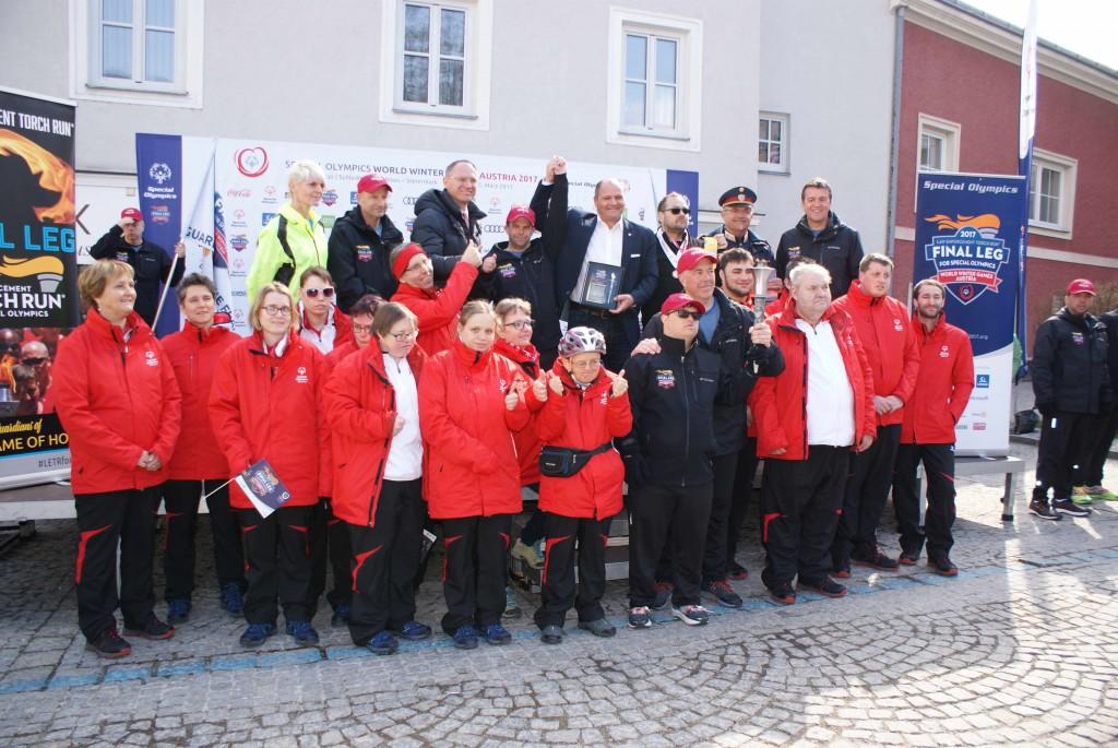 Special Olympics Athleten mit Kontrollinspektor Anton Halbertschlager, Bürgermeister Alois Schroll (re.) Foto: Gemeinde durch Gerald Riedler