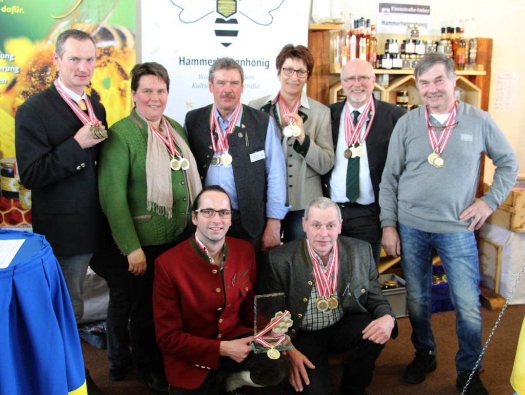 """Die Eisenstraße-Imker glänzten gleich mehrmals in Gold. Die höchste Auszeichnung """"Goldene Honigwabe"""" erhielten Christian und Leopold Hörhan aus Purgstall (vorne) für den Himbeermet. Foto: eisenstrasse.info"""