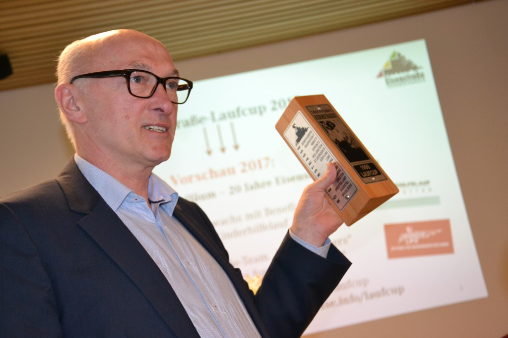 Rückblick auf 20 Jahre Eisenstraße-Laufcup: Sprecher Leopold Schauppenlehner präsentierte die erste regionstypische Trophäe, die anno 1998 von der HTL Waidhofen/Ybbs gefertigt wurde. Foto: eisenstrasse.info