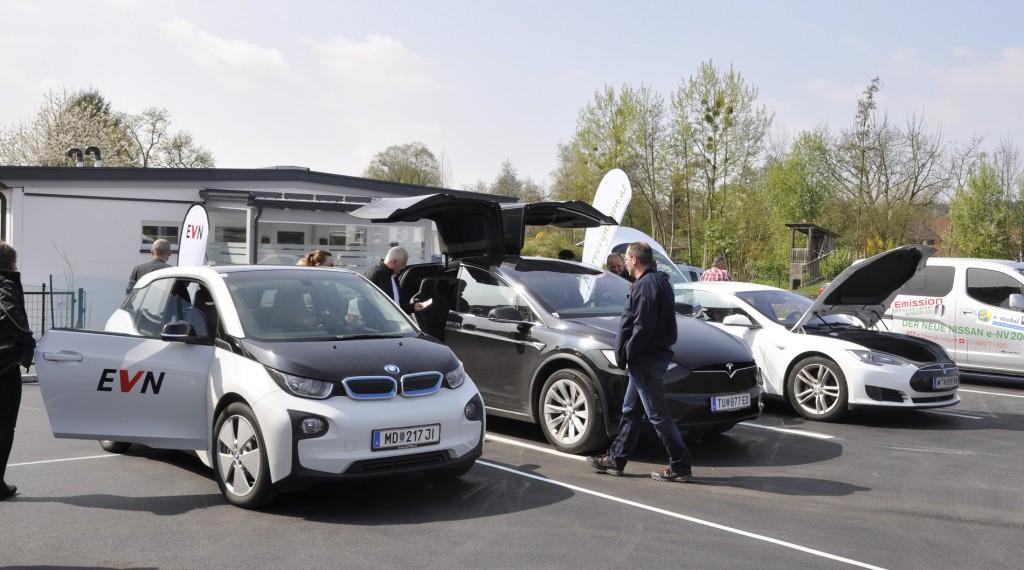 """Das Tesla Modell X ist mit seinen Flügeltüren immer wieder ein Hingucker. Hier im Rahmen der """"eMobil in der Eisenstraße""""-Roadshow in Wolfpassing. Foto: eisenstrasse.info"""
