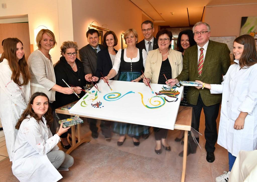 SchülerInnen und Ehrengäste eröffneten die Gemeinschaftsausstellung des Pflege- und Betreuungszentrums mit der Neuen Mittelschule St. Peter/Au Foto: NLK Burchhart
