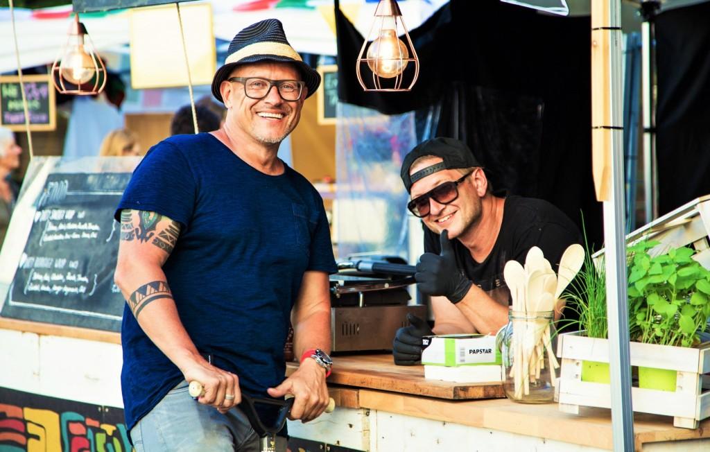 """Die beiden Food-Trend-Experten Sigi Goufas und Stefan Roth von der """"Food Entertainment Group"""" bereiten sich für den ersten Street Food Market in Amstetten vor. Foto: weshootit.com"""