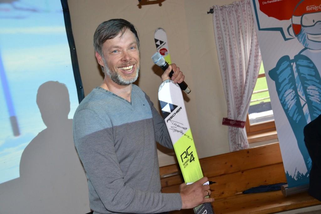 Ski-Ass Thomas Sykora als großer Forsteralm-Unterstützer. Er signierte zwei Paar Fischer-Skier und stellte zwei exklusive Skitage mit ihm zur Verfügung. Foto: eisenstrasse.info