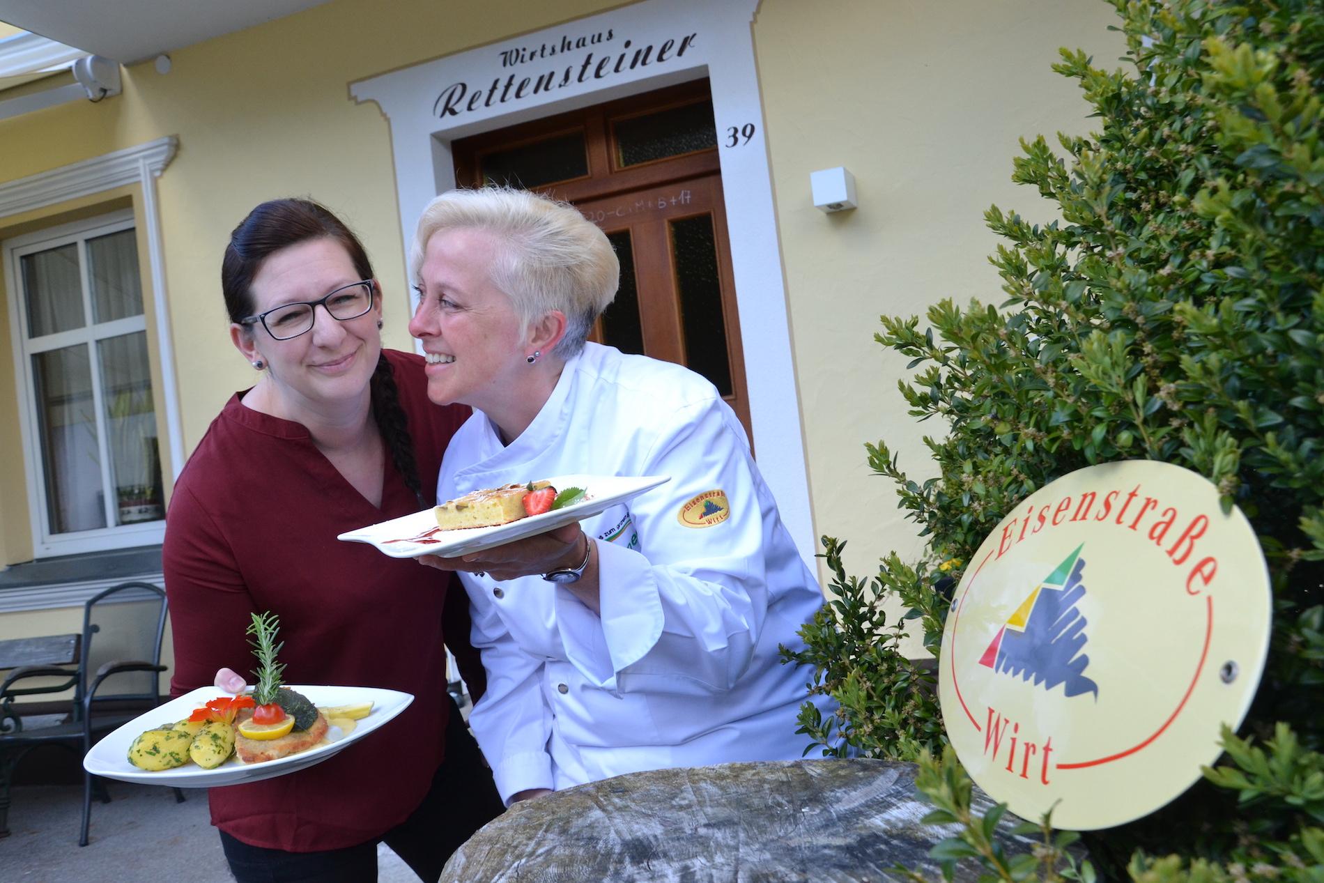 Chefin Eva Maria Hilbinger (l.) und Gastköchin Renate Kummer kochen beim Frühlingskulinarium im Rettensteinerhof am Mittwoch, 17. Mai, gemeinsam auf. Foto: eisenstrasse.info