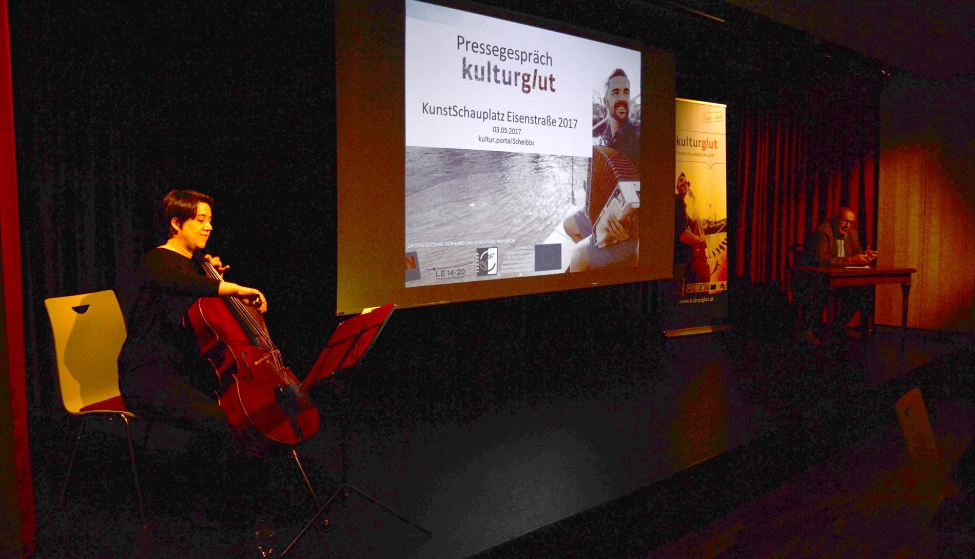 Julia Schwendiger (Cello) und Josef Kammerer (Lesung) umrahmten die Präsentation mit musikalischen und literarischen Gustostückerln. Foto: eisenstrasse.info